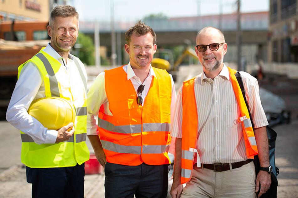 DVB-Chef Lars Seiffert (50, v.l.), Baubürgermeister Raoul Schmidt-Lamontain (43, Grüne) und Gunther Hentschelmann (60), Chef der Bausteuerung im Rathaus.