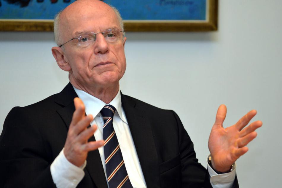 Bremens Bürgerschaftspräsident Christian Weber (SPD) gestikulierte während er in einer Pressekonferenz sprach.