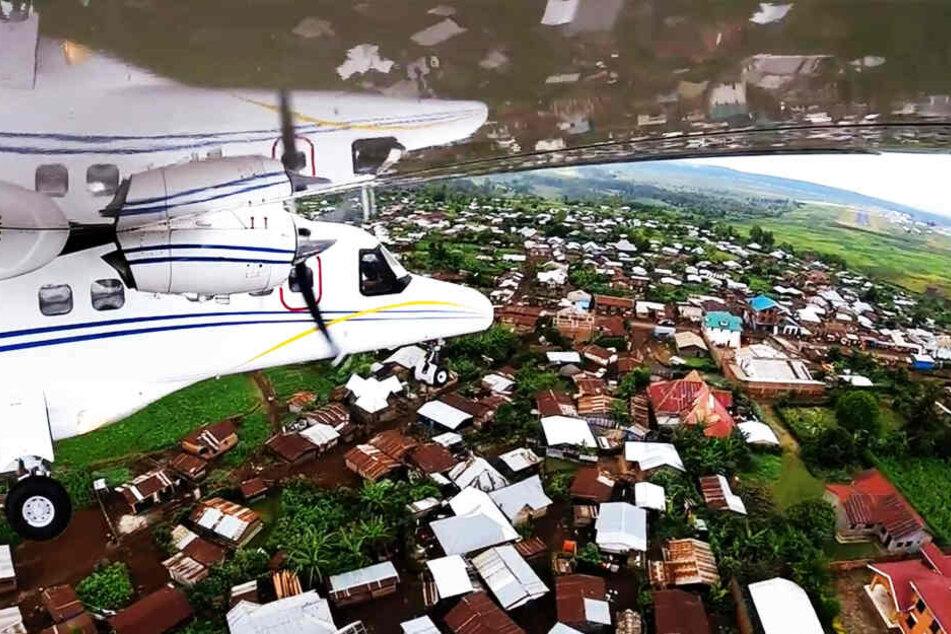Passagierflugzeug stürzt mitten in Wohngebiet: 23 Tote