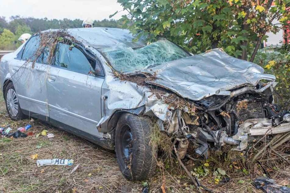 Der Audi mit Dippoldiswalder Nummernschild wurde bei dem Unfall schwer demoliert.