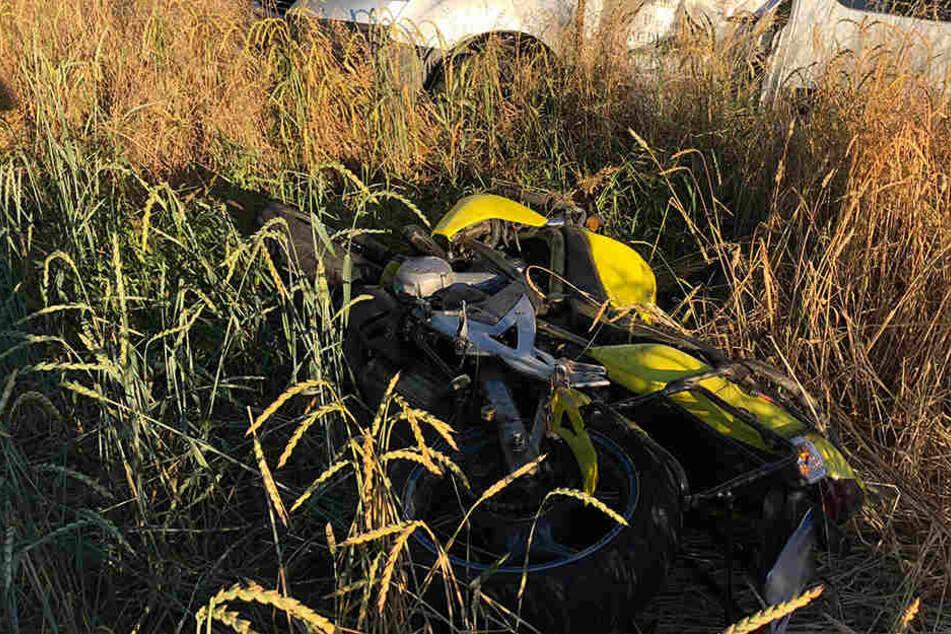 Tödlicher Unfall: Motorradfahrer (82) kracht in Auto