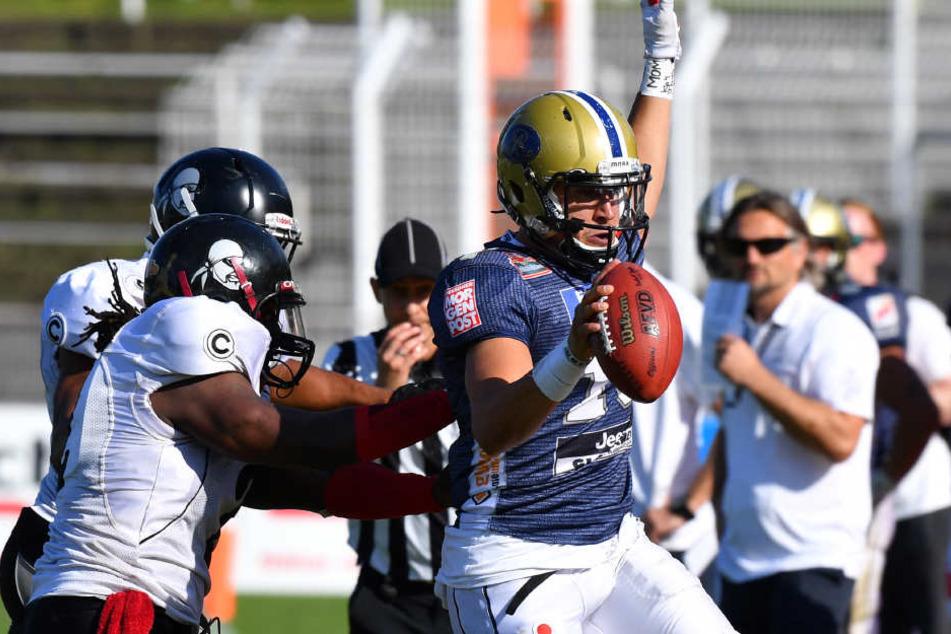 Quarterback Garrett Safron (Dresden) wird von der Berliner Defense ins Aus  gedrängt.