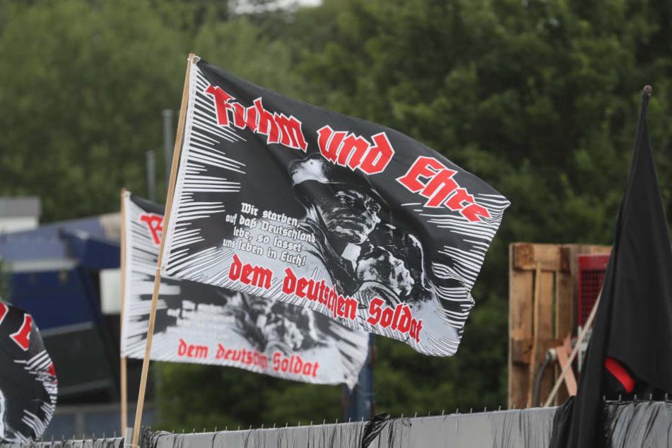 Flaggen der rechten Szene bei einem Aufmarsch. (Symbolbild)