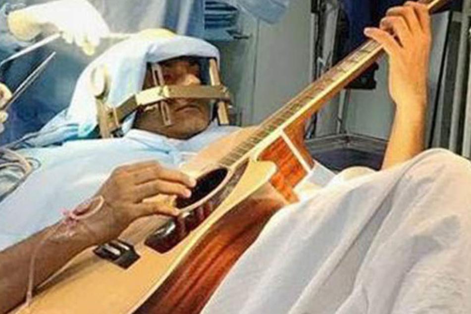 Unglaublich! Mann spielt Gitarre während Gehirn-OP
