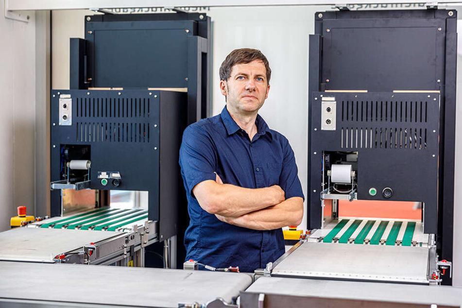 Bibo-Verwaltungsleiter Holger Nitzschner (45) neben der automatischen Bücherrückgabe in der Zentralbibliothek.