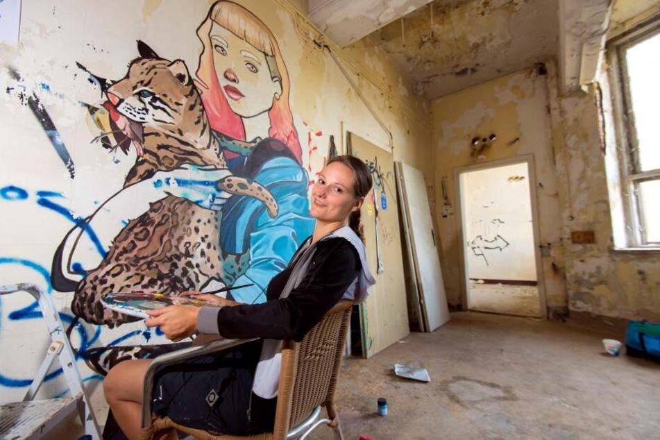 Grafikdesignerin Elisabeth Wolf (32) aus Leipzig vor ihrem Werk bei der Ibug 2018.