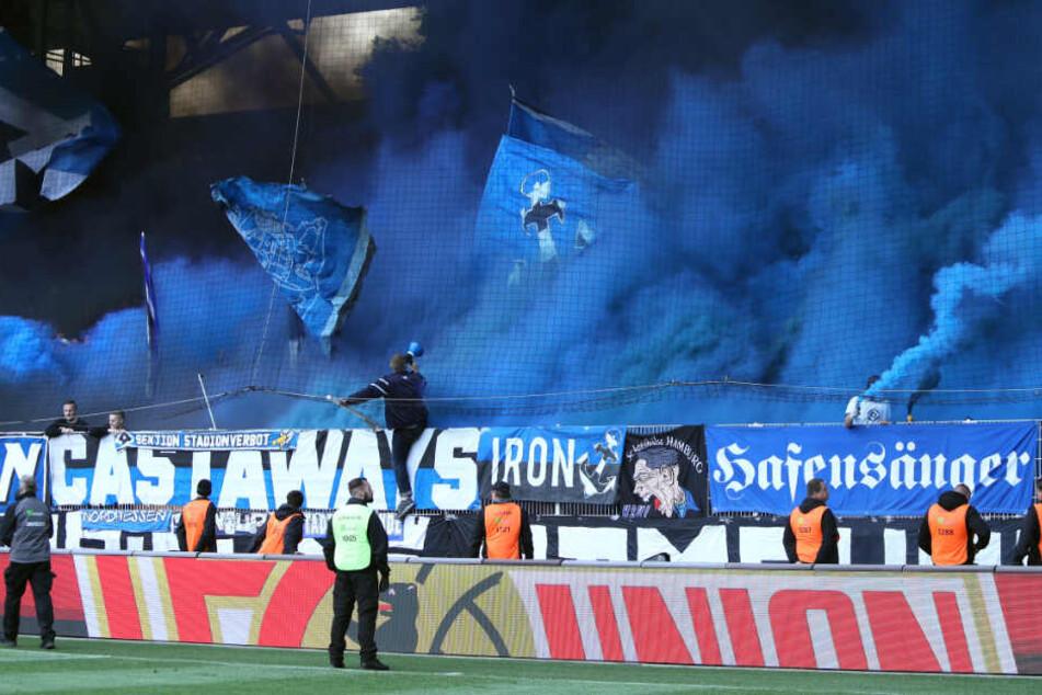 HSV-Fans zünden Pyro-Technik bei einem Auswärtsspiel in Berlin.