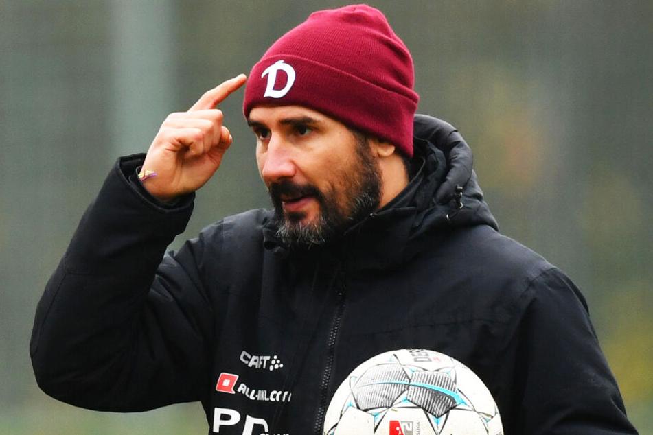Dynamo-Trainer Cristian Fiel zeigt's an: Seine Spieler sollen mit Köpfchen und Geduld agieren - sonst gibt's von Kiel wieder eins auf die Mütze. Schließlich gelten die Störche als die Konterspezialisten der 2. Liga.