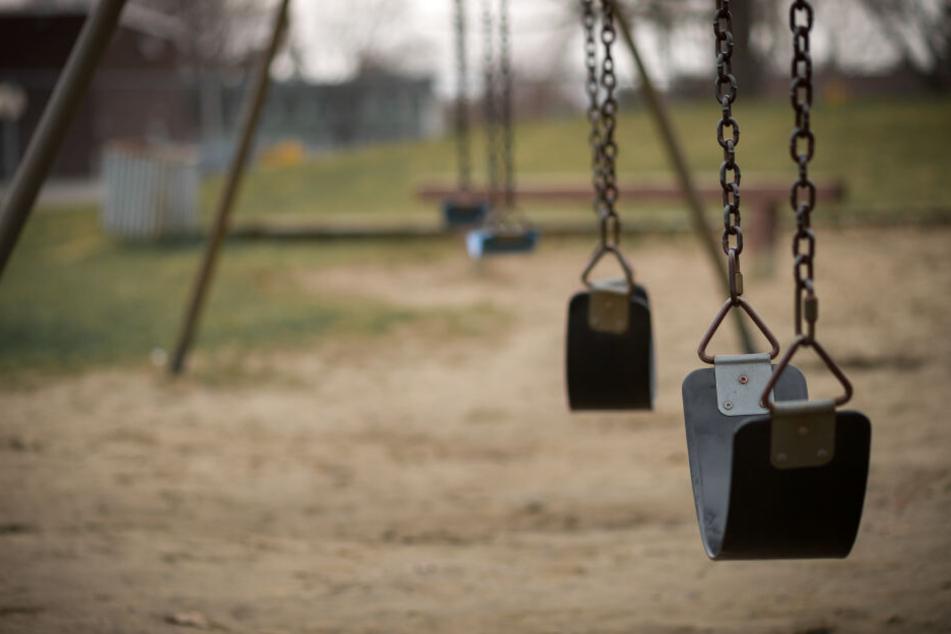 """""""Messerfalle"""" auf Spielplatz sorgt für Schlagzeilen, jetzt stellt die Polizei den Fall klar"""