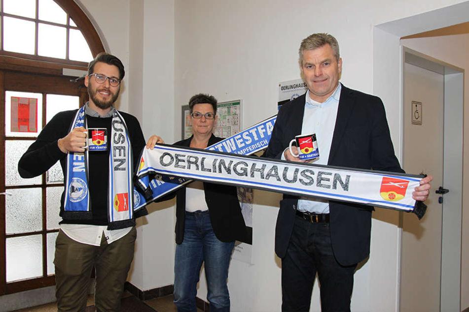 Projektleiter Jakob Philipp, Andrea Dannenberg und Bürgermeister Dirk Becker freuen sich über die Artikel.