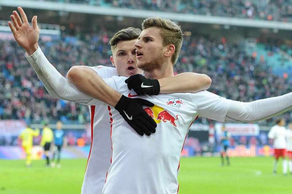 Torschütze Timo Werner lässt sich für seinen Treffer feiern.