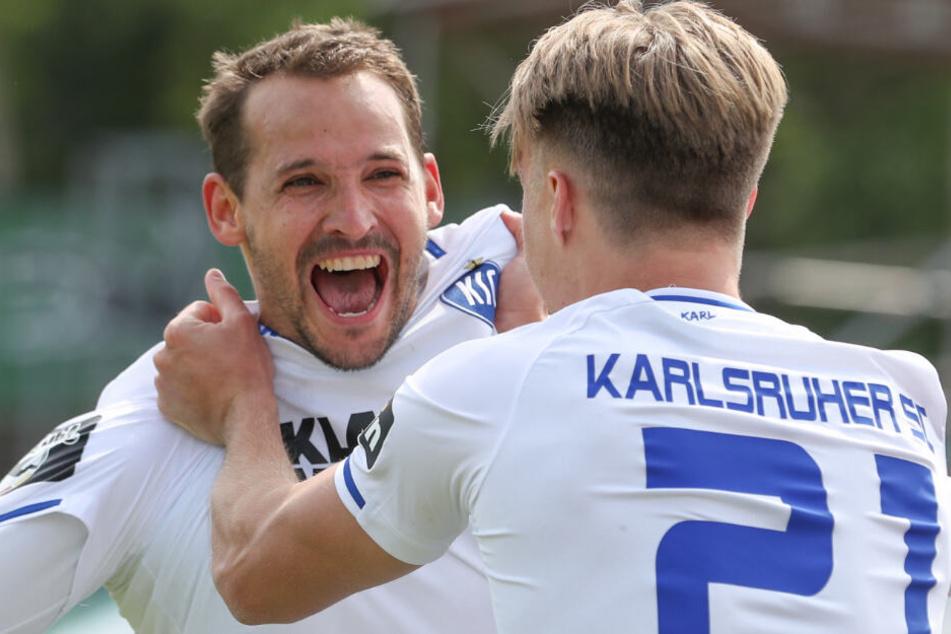 Anton Fink (l.) feiert seinen Treffer zum 3:0 mit Marco Thiede (r.).