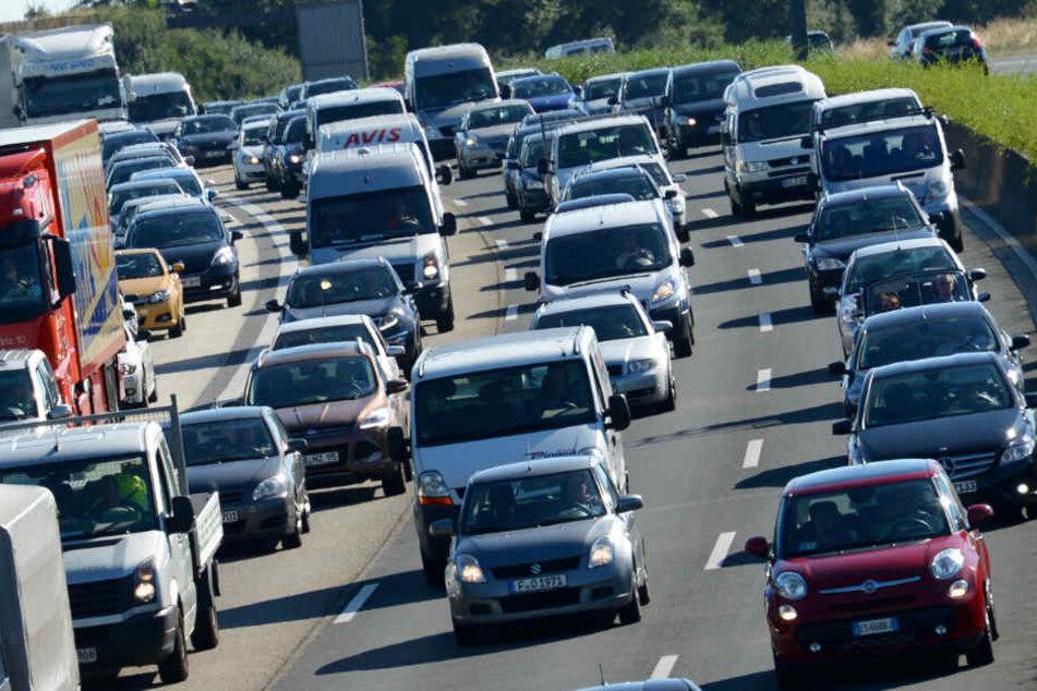 Lange Wartezeiten erwarten Autofahrer in Bielefeld (Symbolbild)