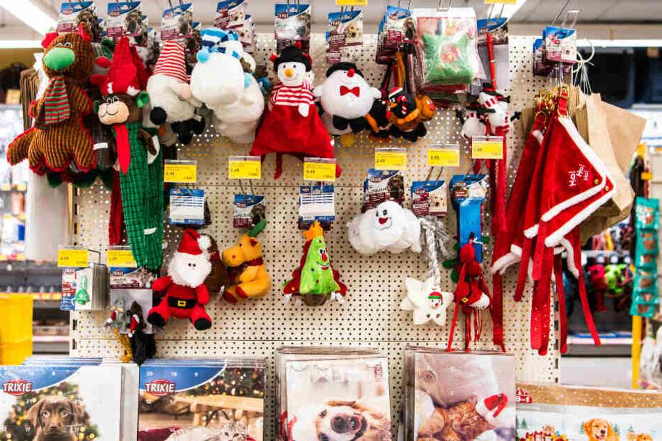 Weihnachtliches Spielzeug für Vierbeiner hängt an einem Regal eines Fachhandels.