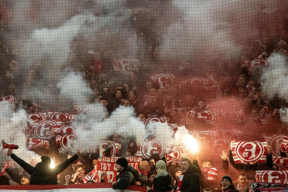 Fans von Fortuna Düsseldorf zündelten während der Partie gegen Borussia Dortmund mit Pyros.