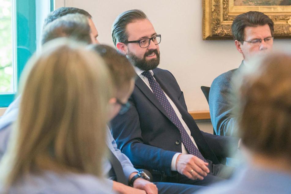 Justizminister Sebastian Gemkow (38, CDU) begrüßte die Neulinge in seinem Ministerbüro.