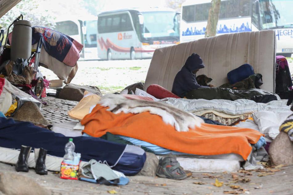 Obdachlose haben ihr Quartier unter einer Brücke geschlagen.