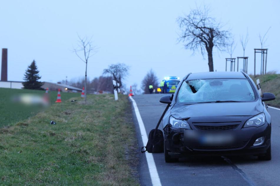 Die Schäden am Auto zeigen, wie heftig der Aufprall gewesen sein muss.