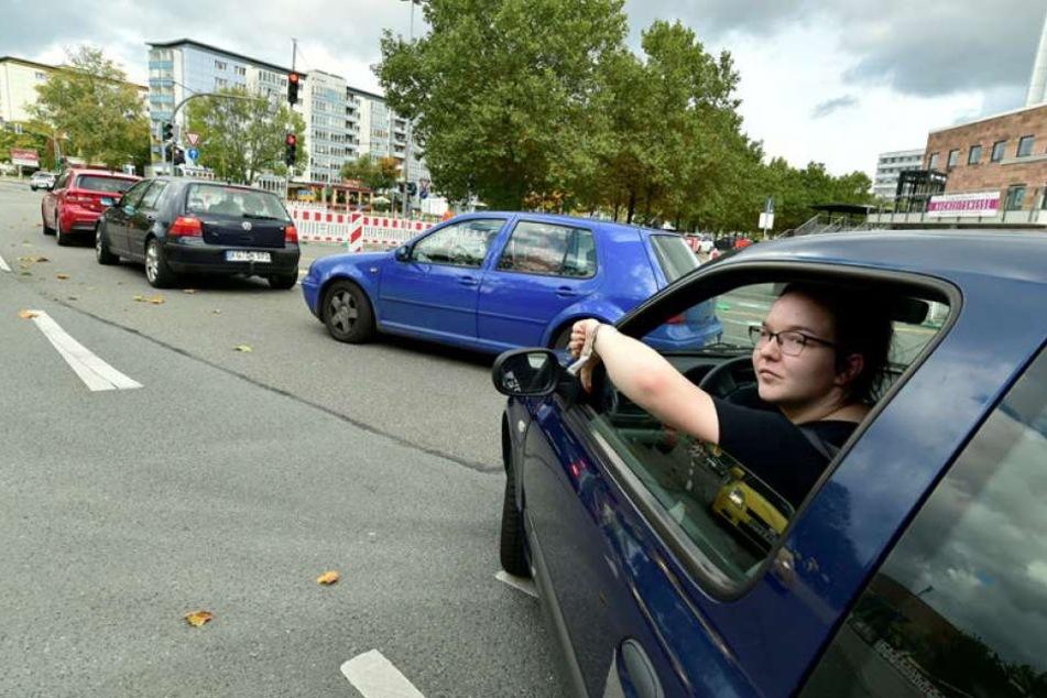 Für viele Verkehrsteilnehmer ist die Baustelle unübersichtlich, Die Einfahrt zur Tiefgarage der Galeri Roter Turm wird vielfach zum wenden genutzt, wie hier von Studentin Josefine Rietzschel (18).