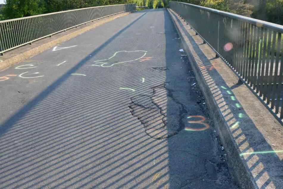 Auf der Brücke überfuhr der 57-Jährige die beiden Radfahrerinnen.