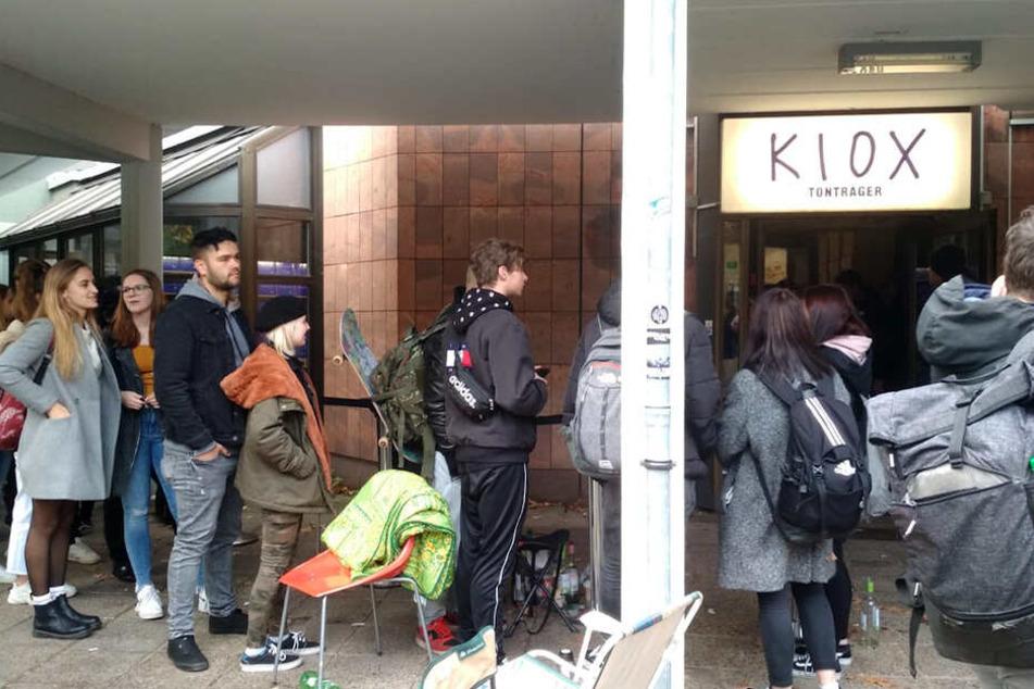 Die Fans drängen sich vor dem Eingang zum Plattenladen.