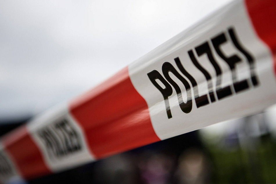In Bayern wurde eine 22-Jährige getötet. Der tatverdächtige Partner ist auf der Flucht.