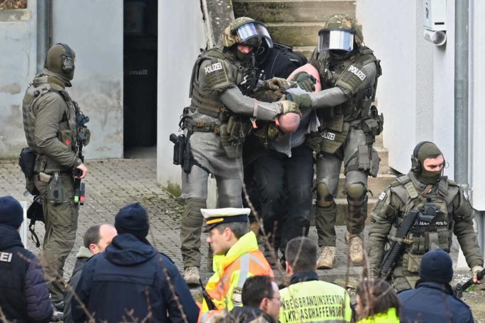 Mann rastet aus und bedroht Nachbarn sowie Polizei: SEK-Einsatz!
