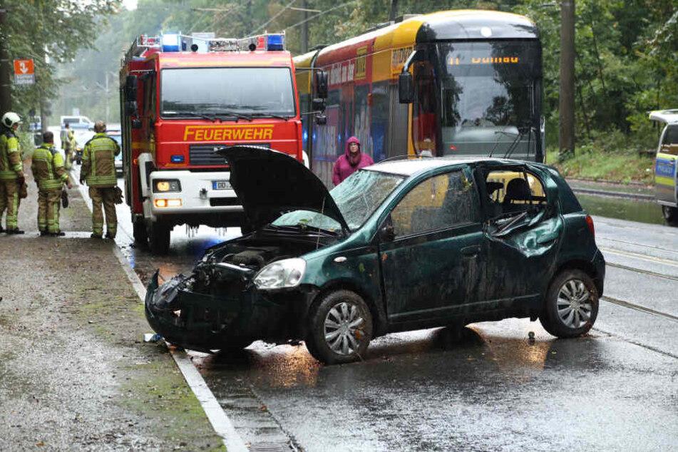 Schwerer Crash auf der Bautzener Straße: Ein Toyota soll sich überschlagen haben und gegen einen Baum geknallt sein.