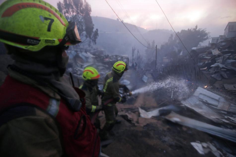 Die Feuerwehr war in der chilenischen Hafenstadt im Großeinsatz.