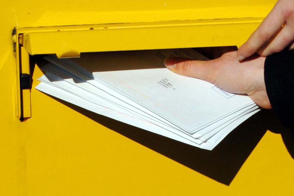 Aus einem solchen Briefkasten der Deutschen Post haben Unbekannte die Sendungen gestohlen. (Symbolfoto)