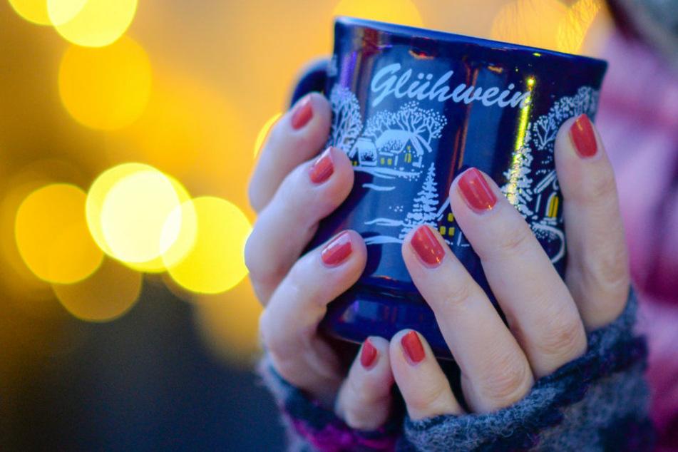 Nach dem regulären Verbot der Weihnachtsmärkte in Berlin sollen am Mittwoch im Bezirk Charlottenburg-Wilmersdorf die als Alternative geplanten Weihnachtsbuden öffnen, die unter anderem Glühwein zum Mitnehmen verkaufen dürfen. (Symbolfoto)