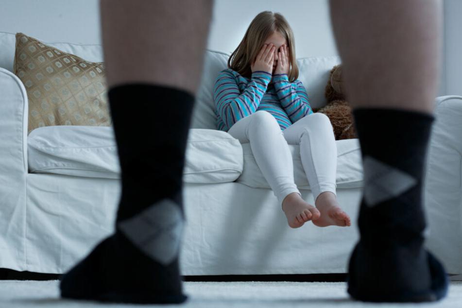 Das Mädchen wurde mehrfach von ihrem Stiefvater missbraucht.
