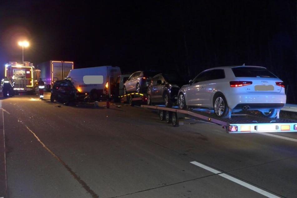 Transporter kracht in Stauende auf A2, fünf Personen verletzt
