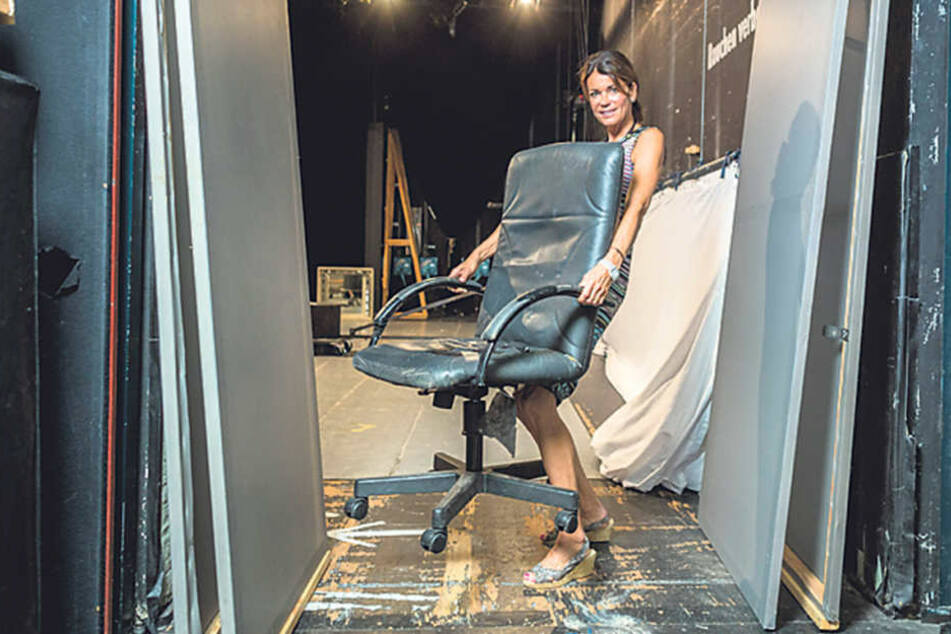 Die großen Stellwände und der verschlissene Bürostuhl gehören zum Bühnenbild,  das Gerit Kling (51) mit nach Dresden gebracht  hat.