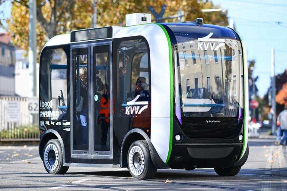 Ein autonom fahrender Elektro-Minibus im Testbetrieb in Karlsruhe
