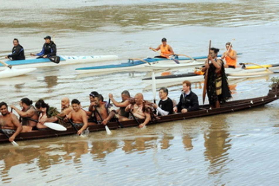 Maori paddeln mit Prinz Harry (2.v.r.) in einem Waka den Whanganui Fluss hinunter. Als erstes Land hat Neuseeland einen Fluss zu einer Person gemacht.