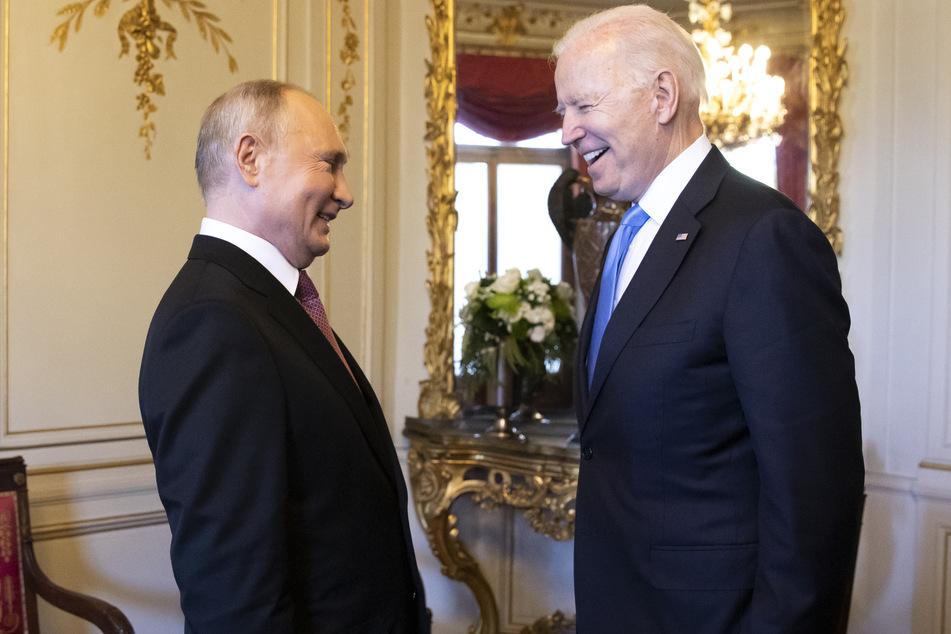 """Wladimir Putin (l), Präsident von Russland, und Joe Biden, Präsident der USA, lachen nach ihrer Ankunft zu einem Treffen in der """"Villa la Grange""""."""