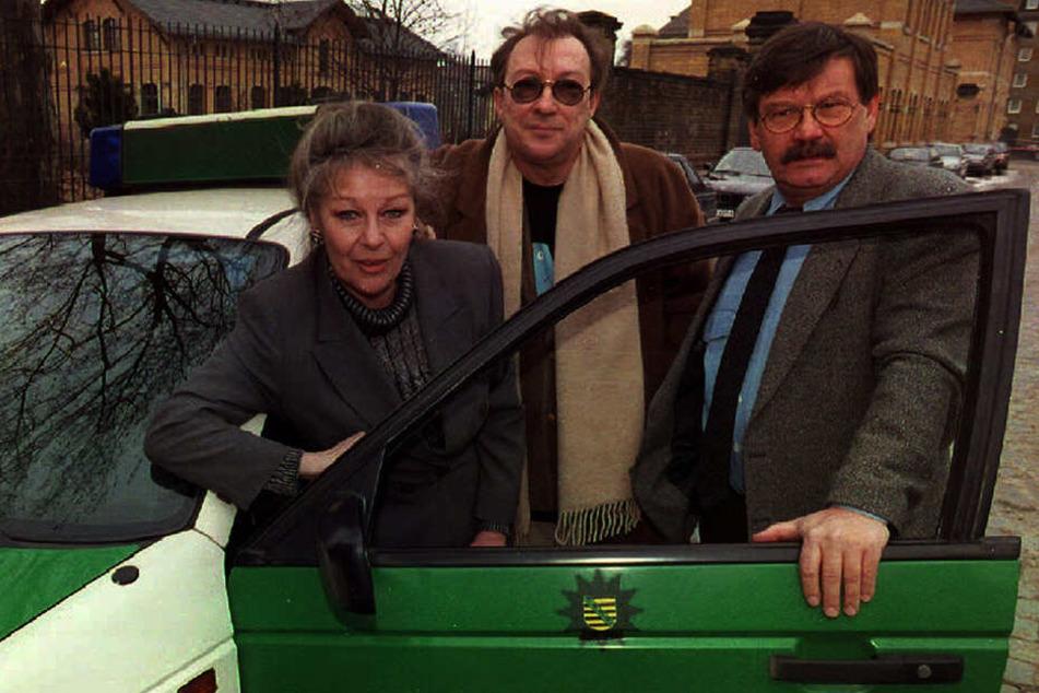 """1996: Die Kommissare Schmücke (Jaecki Schwarz, Mitte) und Schneider (Wolfgang Winkler) steigen als Ermittler in den """"Polizeiruf 110"""" ein. Marita Böhme spielt eine Opernregisseurin."""