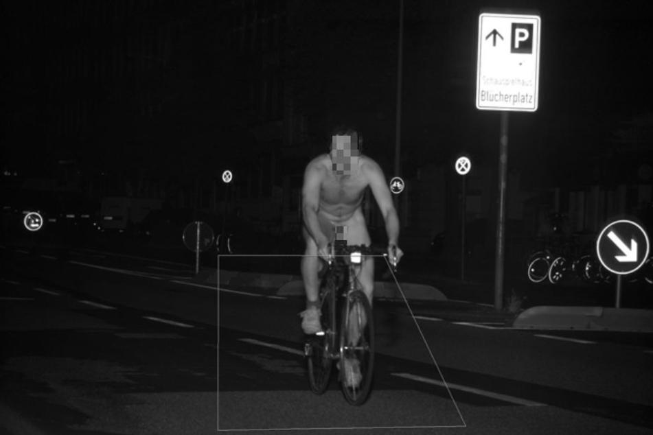 Der Blitzer hat die Fahrt des nackten Mannes auf einem Rennrad in Kiel festgehalten.