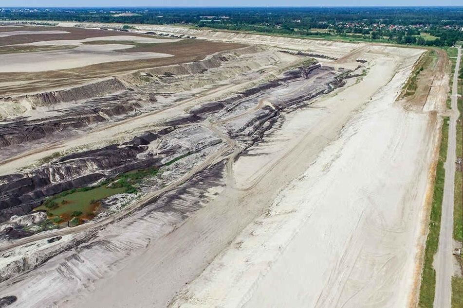 Der Blick über den ehemaligen Braunkohletagebau lässt noch nicht viel Badespaß aufkommen.