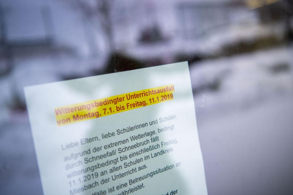 Ein Zettel weist in Holzkirchen an der Schule auf den Unterrichtsausfall hin.