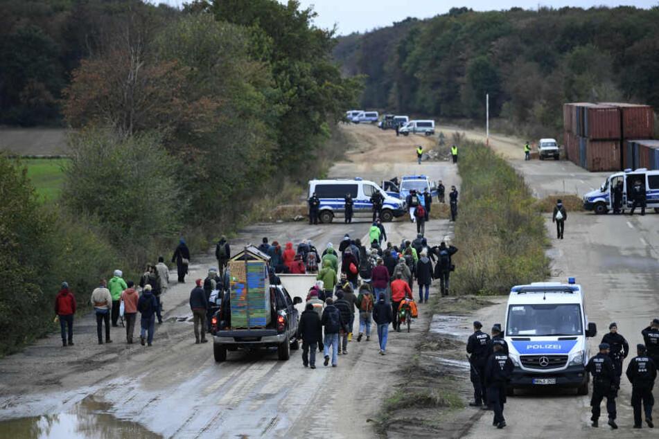 Aktivisten am Sonntag am Hambacher Forst. Die Polizei wird sich ab Montag zurückziehen.