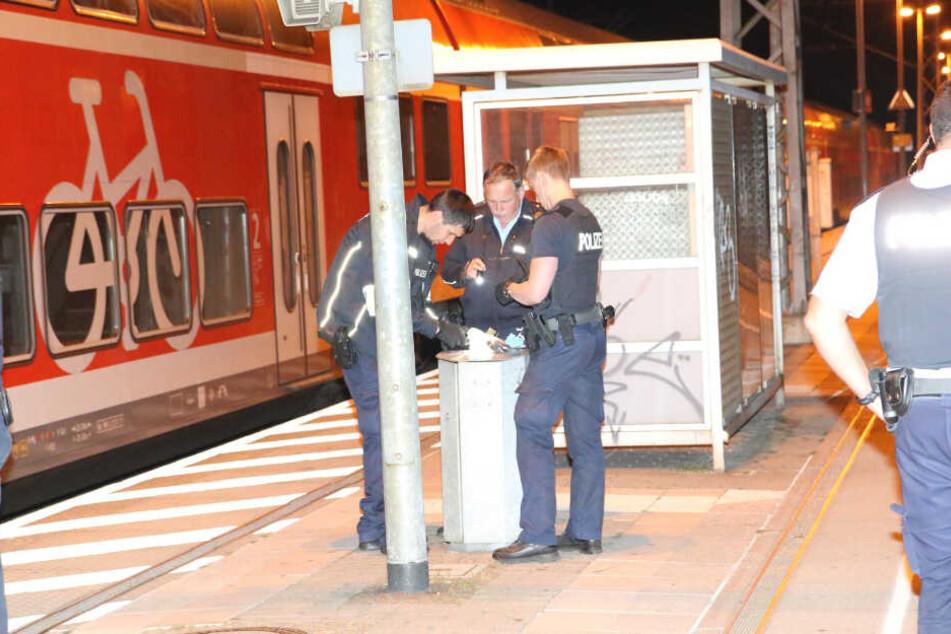 Polizisten sichten die persönlichen Gegenstände des Mannes.