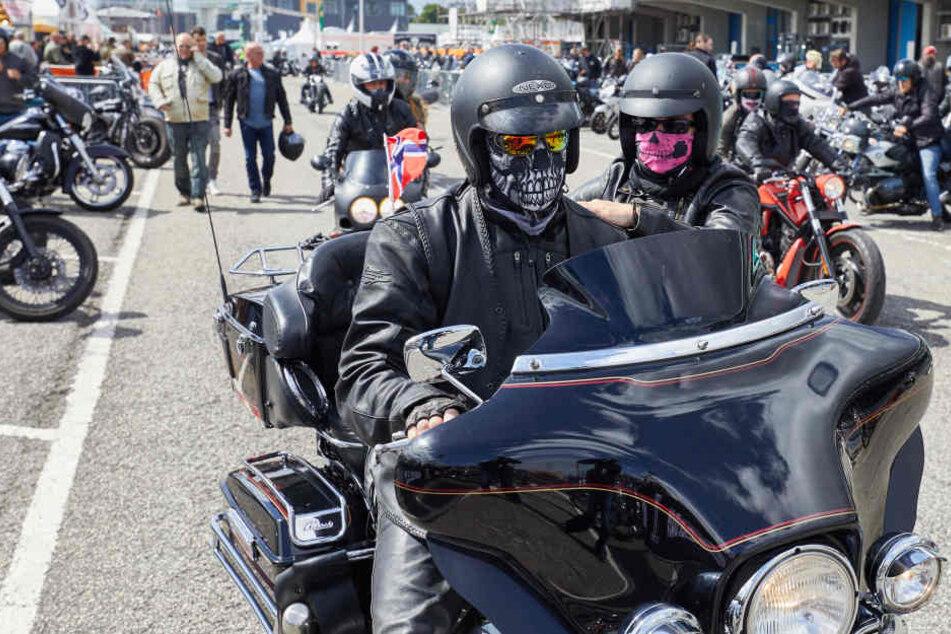 """Ein norwegisches Pärchen auf dem Festivalglände der """"Harley Days""""."""