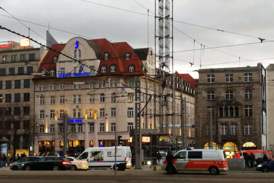 Polizei-Einsatz in der City: Mann klettert meterhoch auf LVB-Turm!