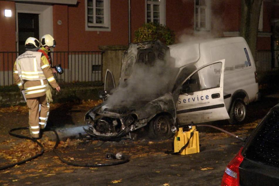 In der Nacht auf Donnerstag ist ein Dresden-Leuben ein Servicewagen in Flammen aufgegangen.