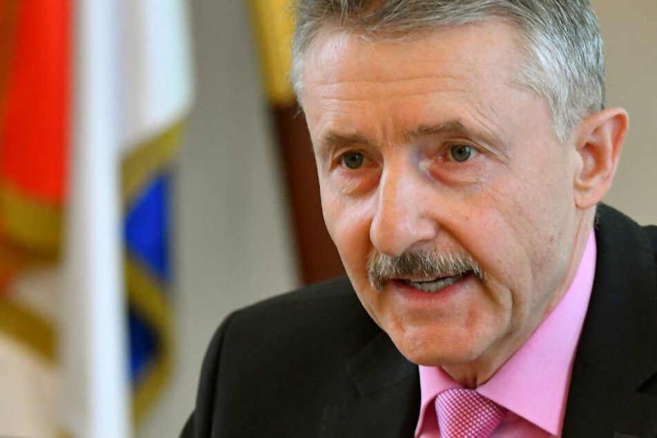 Karl-Heinz Schröter spricht auf der Pressekonferenz zu politisch motivierter Kriminalität in Brandenburg.