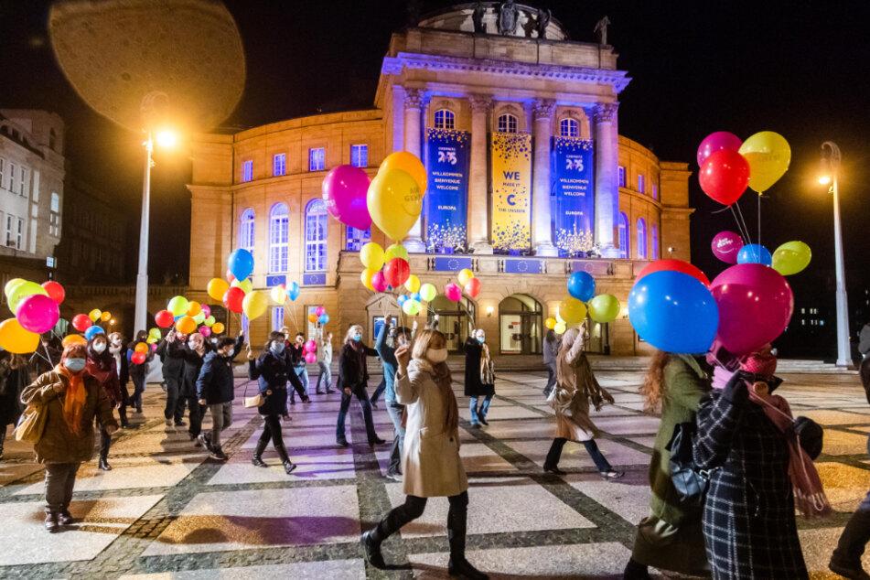 Die Chemnitzer feierten den Kulturhauptstadt-Titel mit Feuerwerk und bunten Ballons auf dem Theaterplatz.