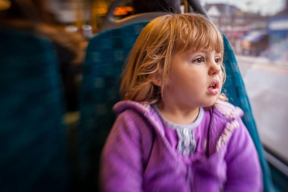 Dreijährige fährt allein mit Bus: Ihre Mission ist einfach zu niedlich!