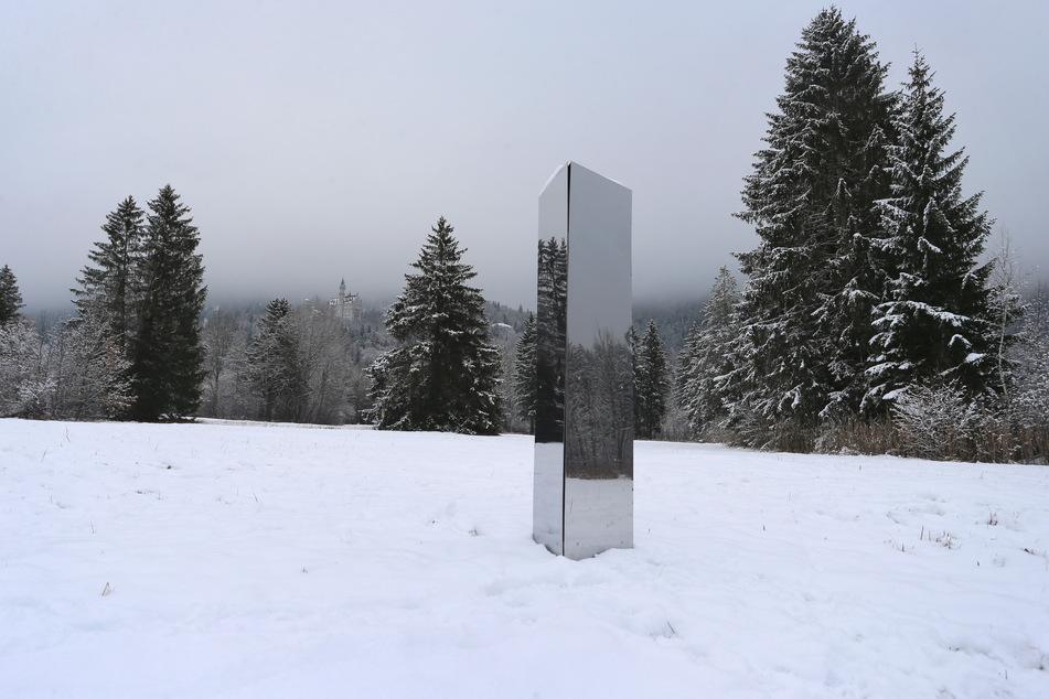 Ein Monolith aus Metall steht unterhalb des Schlosses Neuschwanstein auf einer Wiese im Schnee. Sind auch hierfür die australischen Comedians verantwortlich?